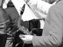 Het meisje die een trompet houden is een muzikaal instrument royalty-vrije stock afbeelding