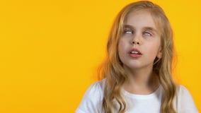 Het meisje die haar ogen luisterouders rollen die, onhandige leeftijd, rebelleert weinig moraliseren stock footage
