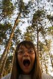 Het meisje die in het hout gillen Royalty-vrije Stock Foto's