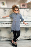 Het meisje die op de piano spelen Stock Foto's