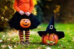 Het meisje die pret op Halloween-truc hebben of behandelt Stock Afbeeldingen