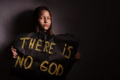 Het meisje die van de atheïsttiener een banner met de inschrijving houden royalty-vrije stock afbeeldingen