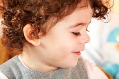 Het meisje die van de baby op telefoon spreken Stock Foto's