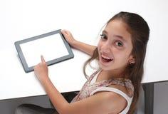 Het meisje die van de Beaitiful pre-tiener een tabletcomputer met behulp van stock afbeeldingen