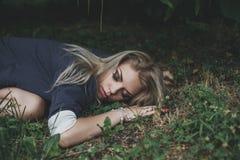 Het meisjesslaap van de blonde Stock Foto's