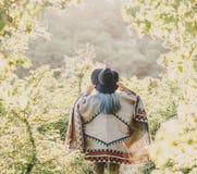 Het meisje die van de Bohostijl in park lopen Royalty-vrije Stock Afbeeldingen