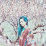 Het meisje die van de Bohostijl in tot bloei komende tuin lopen stock foto's