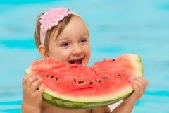 Het meisje die van de de zomerbaby watermeloen eten Stock Foto's