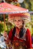 Het meisje die van de heuvelstam lokale document paraplu in parade houden Stock Afbeelding