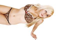 Het meisje die van de lingerie op vloer liggen. Stock Foto's