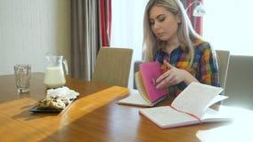 Het meisje die van de onderwijskennis thuiswerk bestuderen stock videobeelden