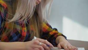 Het meisje die van de onderwijskennis thuiswerk bestuderen stock footage
