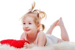 Het meisje die van de peuter in bed liggen royalty-vrije stock foto