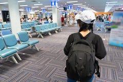 Het meisje die van de reizigerstoerist zoekend partner bij de het wachten zaal lopen royalty-vrije stock fotografie
