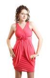 Het meisje die van de schoolmeisjemiddelbare school koraalavondjurk voor prom in middelbare school dragen. Een gediplomeerde van d Royalty-vrije Stock Afbeelding