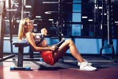 Het meisje die van de sport oefening doen Stock Fotografie