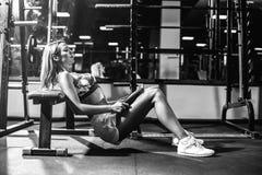 Het meisje die van de sport oefening doen Stock Foto