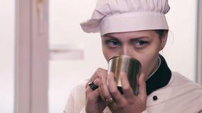 Het meisje die van de tienerkok een cakeslowmo eten stock video