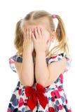 Jong geitje die of met het verbergen van geïsoleerde gezicht schreeuwen spelen Royalty-vrije Stock Foto