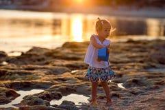 Het meisje die van het overzees, in het zand in Cyprus spelen royalty-vrije stock foto