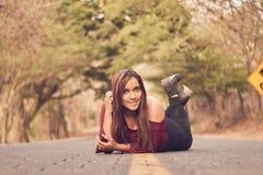 Het meisje die van Latina op de weg liggen royalty-vrije stock foto
