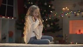 Het meisje die van Nice envelop koesteren, die over Kerstmis dromen stelt, geloof in mirakel voor stock videobeelden