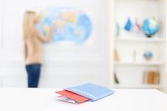 Het meisje die van Nice voorbereidingen treffen te reizen Stock Afbeelding