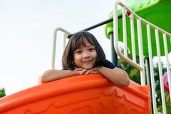 Het Meisje die van Smillingslitte Pret op Speelplaats hebben royalty-vrije stock afbeeldingen