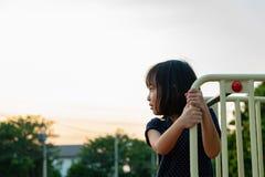 Het Meisje die van Smillingslitte Pret op Speelplaats hebben royalty-vrije stock foto's