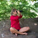 Het meisje die van Suntannedjaren '20 met verrekijkers haar milieu waarnemen Royalty-vrije Stock Foto