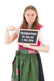 Het meisje in dirndl toont periode van Oktoberfest 2014 Stock Foto's