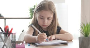 Het meisje doet haar huiswerk stock videobeelden
