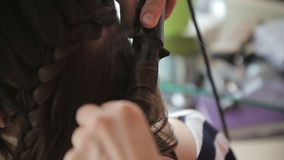 Het meisje doet kapsel in salon stock videobeelden