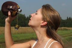 Het meisje dooft dorst Stock Fotografie