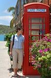 Het meisje door de Telefooncel Royalty-vrije Stock Afbeelding