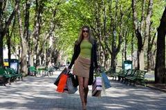 Het meisje draagt aankopen van Royalty-vrije Stock Foto