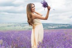 Het meisje draagt huwelijkskleding bij purper lavendelgebied Royalty-vrije Stock Foto