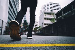 Het meisje draagt zwarte loopschoenen in het park in werking te stellen royalty-vrije stock foto