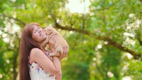 Het meisje draait een puppy op handen stock videobeelden
