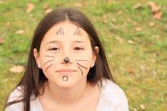 Het meisje drawen als kat Stock Afbeelding