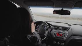 Het meisje dreef terwijl de regen viel Drijven op de weg bij zware regens zou voorzichtig moeten zijn Zware regens  stock footage