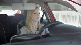 Het meisje drijft helemaal alleen de auto stock videobeelden