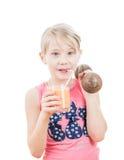 Het meisje drinkt een grapefruit smoothie en houdt een domoor royalty-vrije stock afbeeldingen