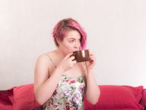 Het meisje drinkt koffie Royalty-vrije Stock Afbeelding
