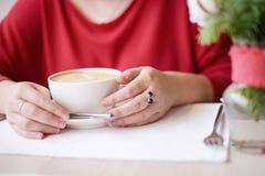 Het meisje drinkt koffie stock afbeelding