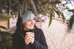 Het meisje drinkt koffie royalty-vrije stock foto