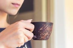 Het meisje drinkt koffie in een onderbreking tussen work_ royalty-vrije stock foto's