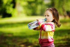Het meisje drinkt mineraalwater Stock Fotografie