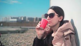 Het meisje drinkt in openlucht koffie stock footage