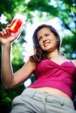 Het meisje drinkt sap stock afbeeldingen